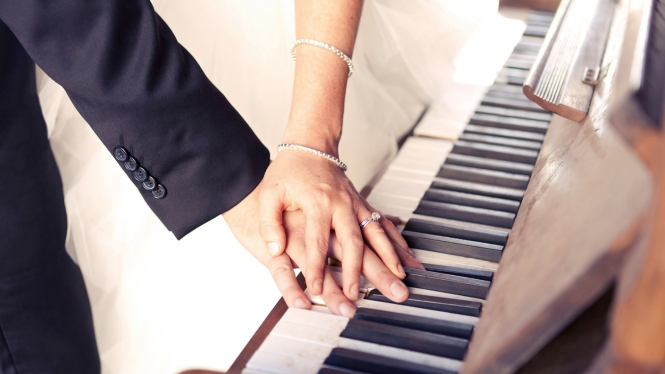couple_hands_jewelry_wedding_piano_keys_54710_1920x1080
